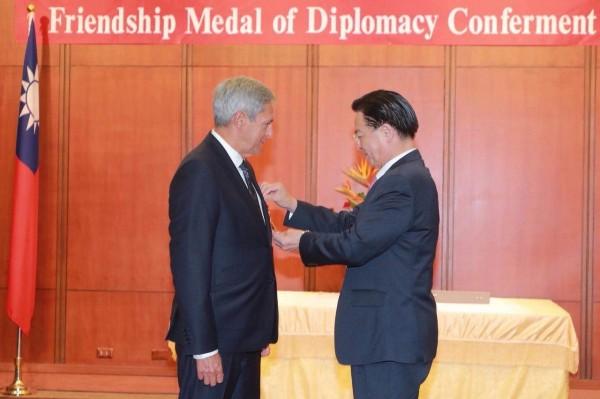 外交部長吳釗燮今下午頒贈睦誼外交獎章感謝加國代表馬禮安在台的貢獻。(外交部提供)