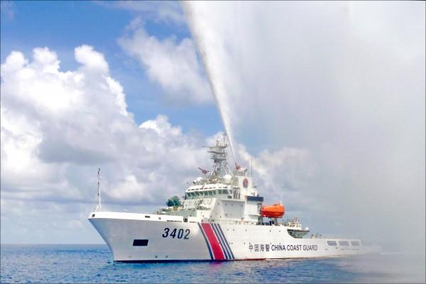 中國海警部隊將於七月一日起劃歸武警部隊領導指揮,統一履行海上維權執法職責。圖為一艘中國海警船二○一五年九月在南海黃岩島附近向菲律賓漁民發射水砲,試圖加以驅離。黃岩島目前由中國實際控制。(美聯社檔案照)