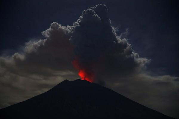 印尼峇里島由於阿貢火山再度噴發,火山灰直沖天際2500公尺。(歐新社)