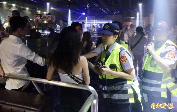 台北市警察局動員前往夜店執行青春專案。(記者簡榮豐攝)