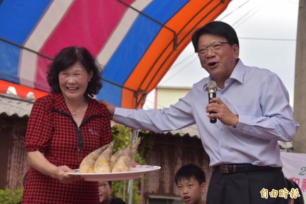 綠竹筍盛產了!拍賣會上縣長潘孟安以6000元標得。(記者葉永騫攝)
