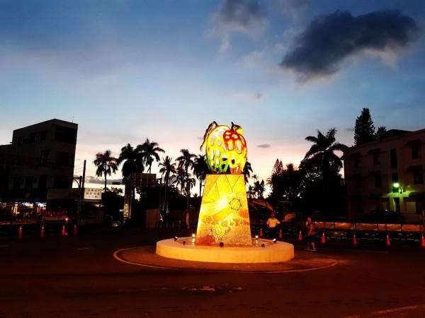 玉井圓環的芒果地標,入夜後會搭配燈光投射,營造不同氛圍。(記者吳俊鋒翻攝)