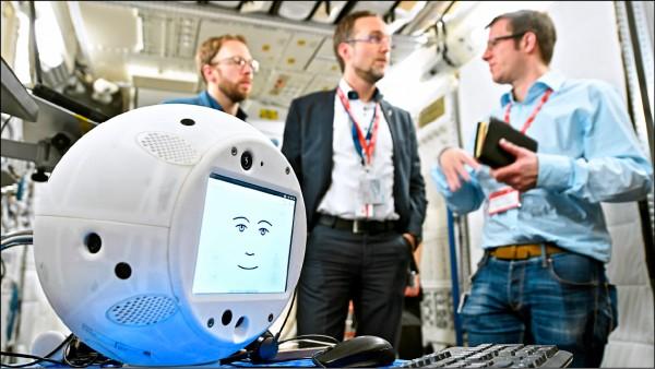 二十八日正式飛入太空的人工智慧機器人「CIMON」,今年初在歐洲太空總署的歐洲太空人中心接受溝通能力測驗。(美聯社檔案照)