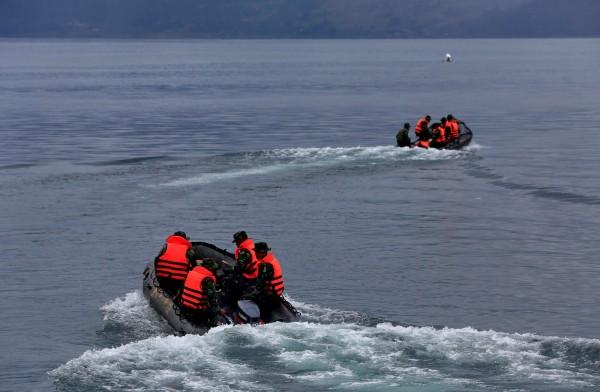 印尼1艘渡輪18日沉沒,192人隨著船隻沉入湖中,當局搜尋多天後終於在29日發現沉船與遺體。(路透)