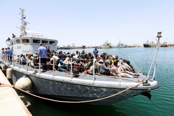 利比亞海岸巡防隊官員指出,一艘超載的難民船,在利比亞西岸海域翻覆沉沒,船上100多人可能已經溺斃。圖為其他艘船的移民。(路透)