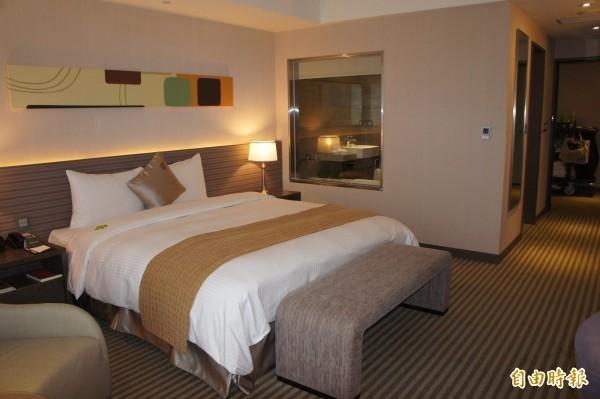 一名長期旅居在美國的日籍網友指出,飯店床尾放的橫條長布,其實是要讓歐美人能穿著鞋子躺上床,避免鞋底弄髒床鋪。示意圖。(資料照)