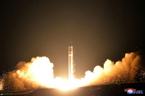 我國已經連續12年通過國際原子能總署「所有核物料均用於核能和平用途」的認證,證實台灣「不發展、不生產、不取得、不儲存、不使用」核武的一貫政策。圖為北韓試射飛彈。(美聯社)