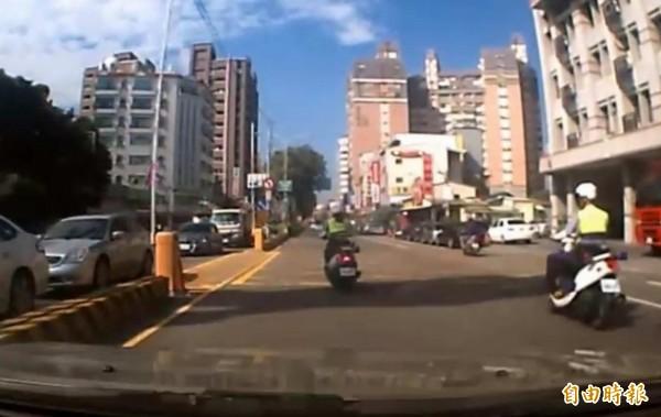 1名女警騎警車行經彰化市區時,突然左偏騎往中央分隔島,男警則往前直行。(翻攝自臉書爆怨公社)