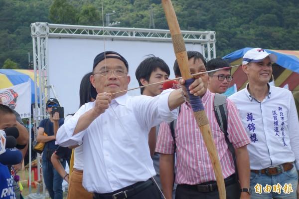 蘇貞昌今早參加新北市山海盃原住民傳統射箭比賽,玩射箭玩上癮。(記者葉冠妤攝)