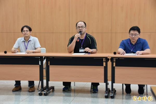 台北市高中化學科教師群協助今年指考化學科分析。(記者吳柏軒攝)