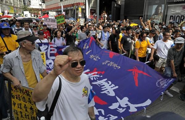 今日香港舉行七一遊行,呼籲中國結束一黨專政。(美聯社)