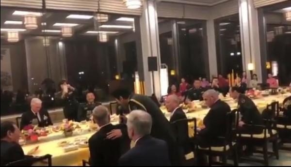 美國防部長馬提斯27日造訪中國北京,晚宴影片現正於網路上瘋傳,當局派出解放軍歌舞團內歌手蔡國慶,在宴會中對馬提斯獻唱,讓網友直呼「快吐了」。(圖擷取自臉書)