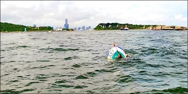 拖拉舢舨的漁船斷成兩截,在海面上半沉漂流。(記者洪臣宏翻攝)