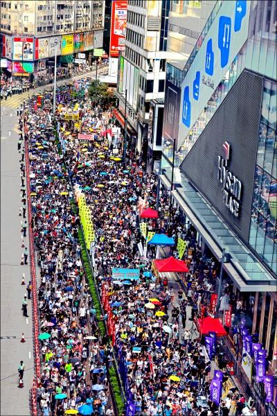 5萬名香港民眾1日在溽暑中參與「結束一黨專政、拒絕香港淪陷」大遊行。(美聯社)