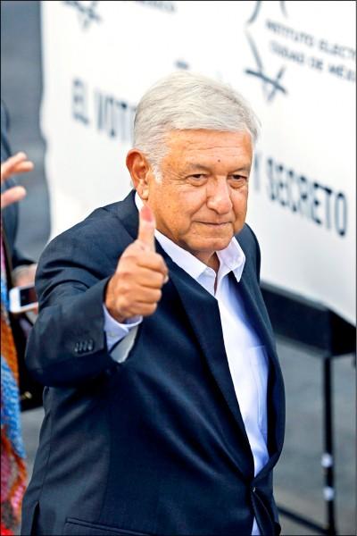 墨西哥一日舉行總統大選,若無意外,三度問鼎大位的左派候選人羅培茲可望勝出。圖為羅培茲在首都墨西哥市投完票後,對媒體豎起大拇指。(美聯社)