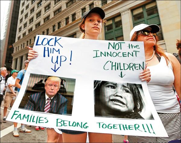 美國伊利諾州芝加哥市六月三十日有大批民眾走上街頭示威,抗議川普的「零容忍」移民政策,讓非法移民家庭骨肉分離。(歐新社)