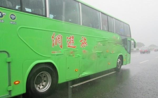 統聯大客車車體被撞凹。(記者楊金城翻攝)