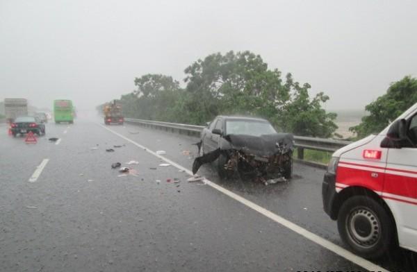 小客車(右)行駛中線車道,因雨天致車輛打滑,先失控撞擊外側護欄後再彈回外側車道撞上剛好經過的統聯客運大客車。(記者楊金城翻攝)
