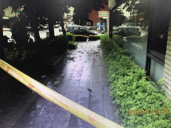 女物理治療師墜樓倒臥在大樓花圃走道、氣絕身亡。(記者王俊忠翻攝)