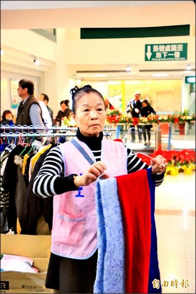 七十三歲的賴壽香兩度罹癌仍堅強對抗病魔,並到醫院當志工鼓勵病友。 (記者鄭名翔攝)