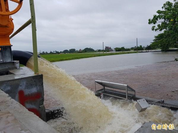 無米樂社區今晨傳淹水,菁寮國小前道路封閉,後壁區公所啟動4部抽水機,水利局表示,3小時雨量達125毫米,已達豪雨等級,超過區排負荷。(記者王涵平攝)