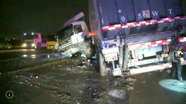 國道1號彰化路段今晨驚傳8輛車連環追撞車禍,現場一片狼藉。(記者湯世名翻攝)