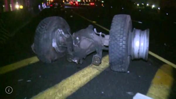 國道1號彰化路段今晨驚傳8輛車連環追撞車禍,現場還散落車輛輪軸,怵目驚心。(記者湯世名翻攝)