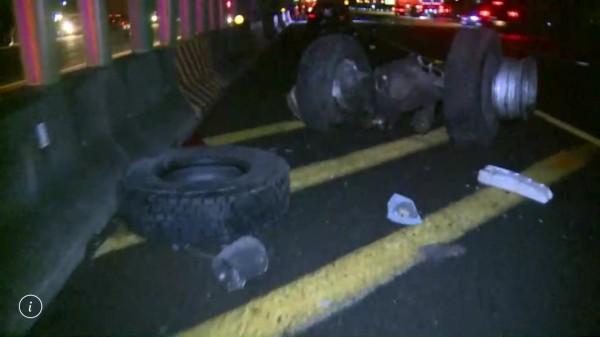 國道1號彰化路段今晨驚傳8輛車連環追撞車禍,現場還散落車輛輪軸與輪胎,怵目驚心。(記者湯世名翻攝)