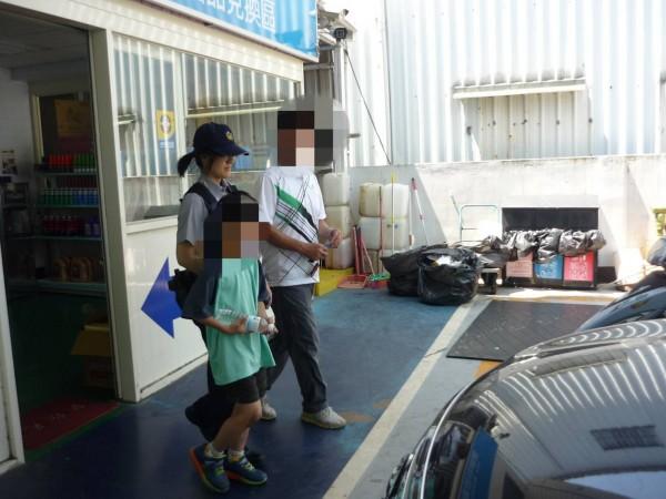 患有妥瑞氏症的吳姓男童以為今天要上課,穿著校服在烈日下奔跑5公里,加油站員工發現後,聯絡警方協助護送回家。(記者許倬勛翻攝)
