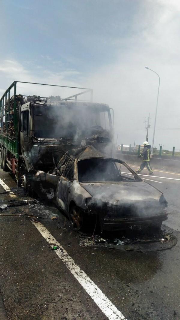 大貨車追撞前方小客車,造成1死2傷。(嘉義縣消防局提供)