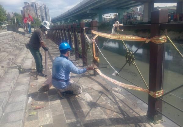 湳仔溝旁毀損的欄杆,3日已進場施作。(新北市水利局提供)