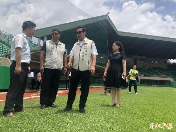 嘉義市長涂醒哲(左3)宣布市立棒球場將改造成為全台首座人工草皮棒球場。(記者丁偉杰攝)