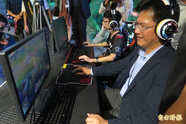 林佳龍體驗電競,強調市府將協助電競產業發展與人才培育。(記者蘇孟娟攝)