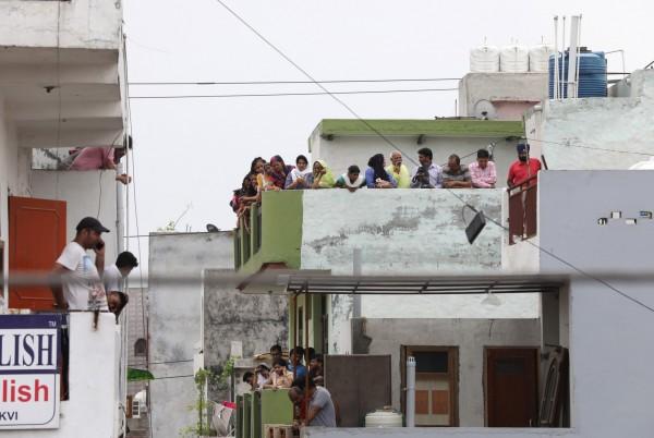 新德里一處民宅發生離奇命案,除一名75歲的婦人伏地身亡外,另外10人皆在家中蒙眼上吊。(歐新社)