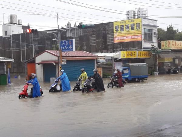 高市今最大時雨量55毫米,樹科大前一度積水,市府水利局迅速到場處理,目前積水均已退。(擷取自臉書)