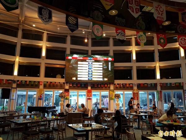 花蓮翰品酒店搭上世足熱潮,提供場地給遊客觀看球賽,並配合旅行社推出「暑期限定一元加價多住一晚」方案,力拚暑期住房率。(記者王峻祺攝)