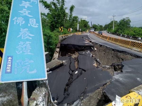 累積雨量破400毫米,台28線24K路面大面積崩落。(記者黃佳琳攝)
