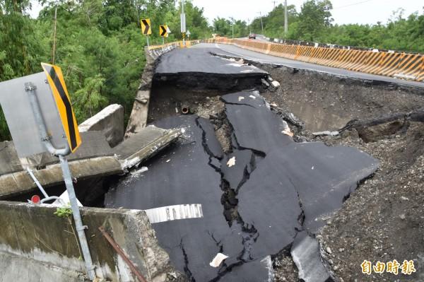 省道台28線西向24K+600公尺路段日前才完成修補,今天上午突然發生塌陷。(記者蘇福男攝)