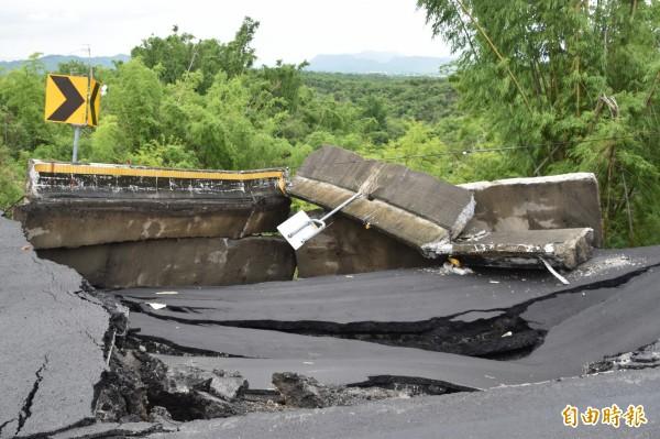 崩塌處形成一長達40米、寬6米、深達10米的大洞。(記者蘇福男攝)
