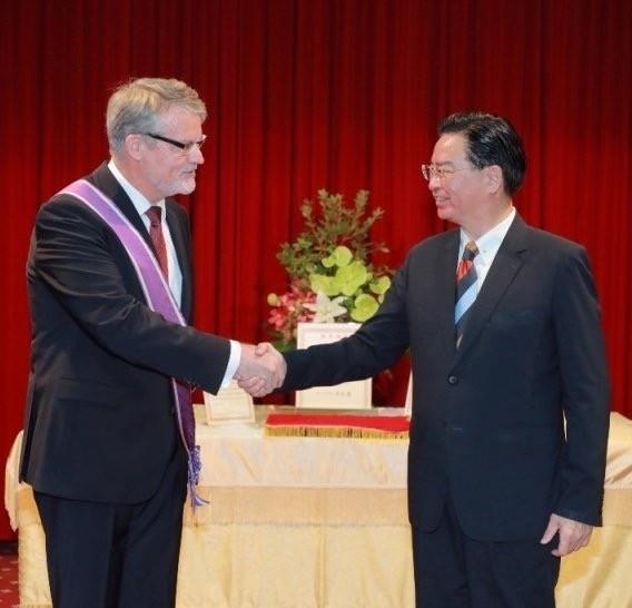 外交部長吳釗燮(右)代表總統蔡英文,頒贈紫色大綬景星勳章給即將離任的德國駐台代表歐博哲,表彰他在駐台期間促進台德關係。(取自外交部推特)