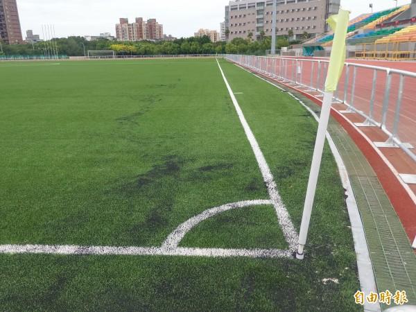 新竹縣第二運動場作為2017台北世大運的國際足球賽場,賽事結束近一年了,至今封閉,球友抱怨無處可踢球,直批是最貴的蚊子競賽場地。(記者廖雪茹攝)