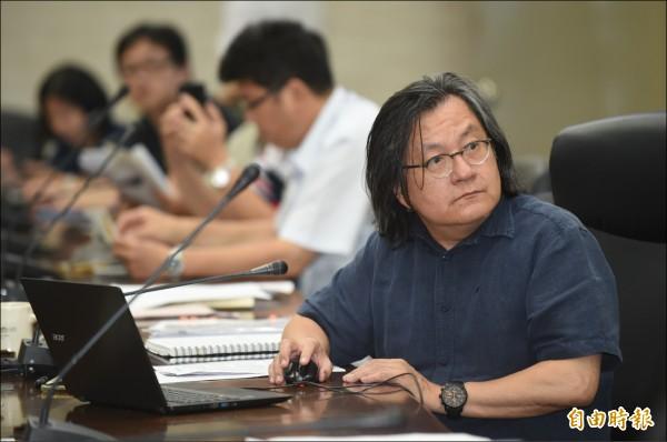 台北市都發局長林洲民昨下午召開記者會表示,大群館經都發局現勘及網路資訊認定為宿舍,已違規使用。(記者劉信德攝)