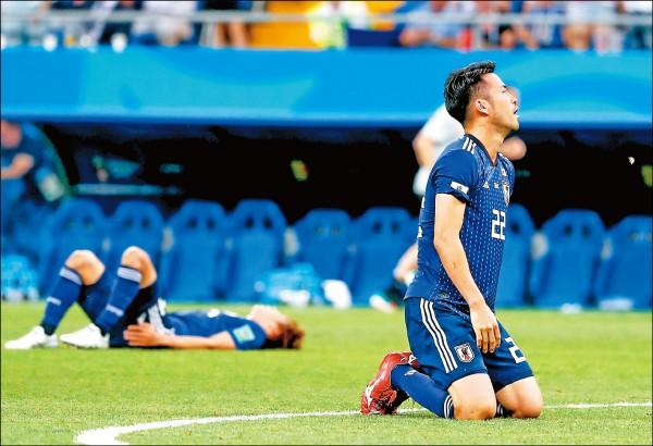 從一度2:0領先,日本卻讓比利時在下半場第69分和74分鐘連進兩球追平,又在傷停補時最後1分鐘遭致命絕殺,以2:3遭比利時逆轉,無緣晉級俄羅斯世界盃足球賽8強,後衛吉田麻也跪在草地上不敢置信。(歐新社)