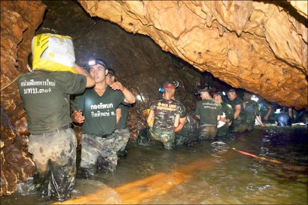 泰國軍方2日在淹水的洞穴內進行救援行動。(歐新社)