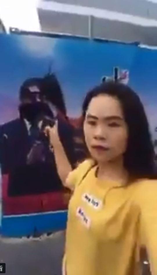 一名中國女網友董瑤瓊「@feefeefly」直播向中國國家主席習近平的宣傳畫像潑墨的過程,聲稱她對習近平恨之入骨。(擷自推特)