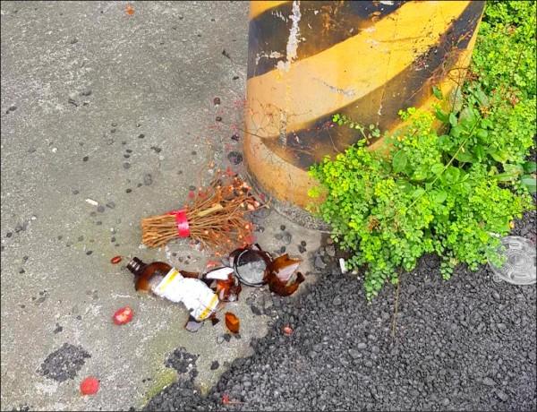 邱嫌對女友潑灑硫酸後,將空瓶丟棄在附近路邊。(民眾提供)