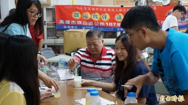 大學生走入社區開啟不同世代及城鄉之間的交流。(記者黃佳琳攝)