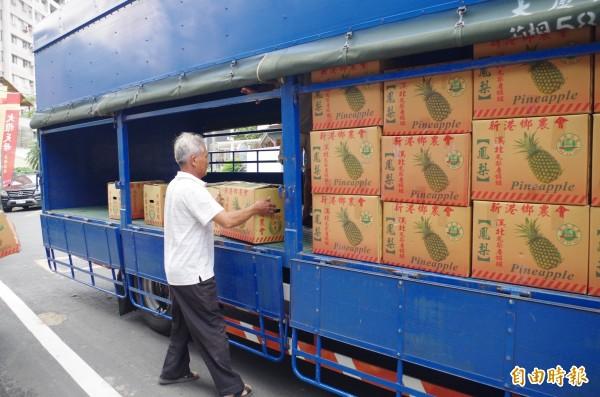 縣議員陳文忠揪親友合購鳳梨,約200多箱先送到嘉義市。(記者王善嬿攝)