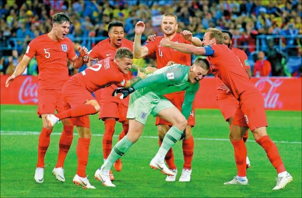 英格蘭昨在世界盃足球賽搭上8強末班車,英格蘭球員賽後開心慶祝。(歐新社)