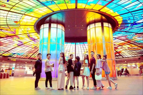 泰國Keeris Nith(左二)、越南Mai Kỳ Hân(左五)、新加坡Rebecca Inkka Ten (右四)等三位網紅,五月間接受高市新聞局邀請,由3位台灣網紅陪同暢遊高雄。(高市新聞局提供)